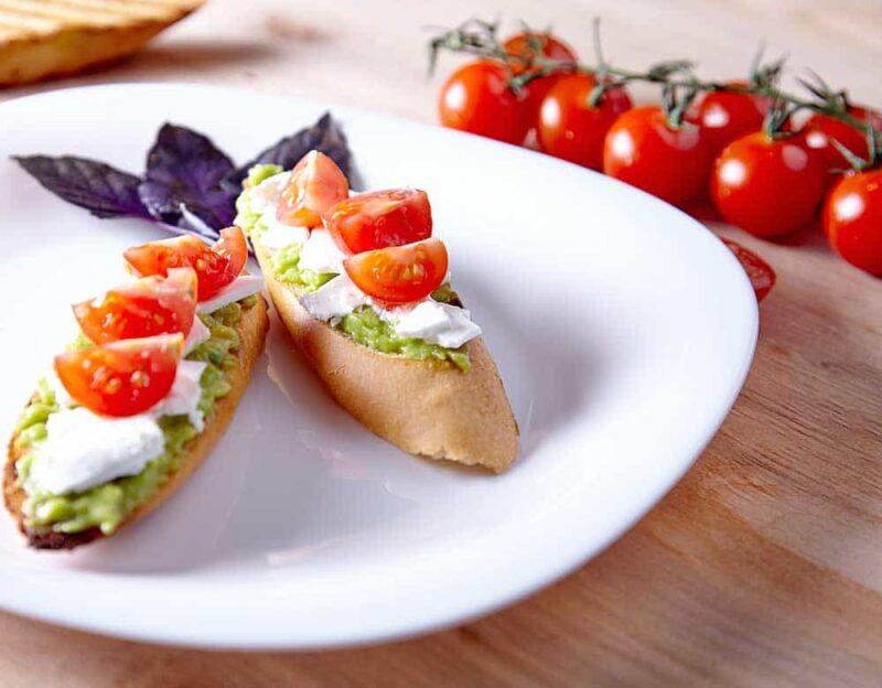 Avocado op brood: avocado tomaat mozzarella sandwich