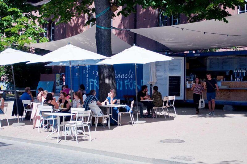 Buiten eten & drinken bij een van de buvettes in Basel