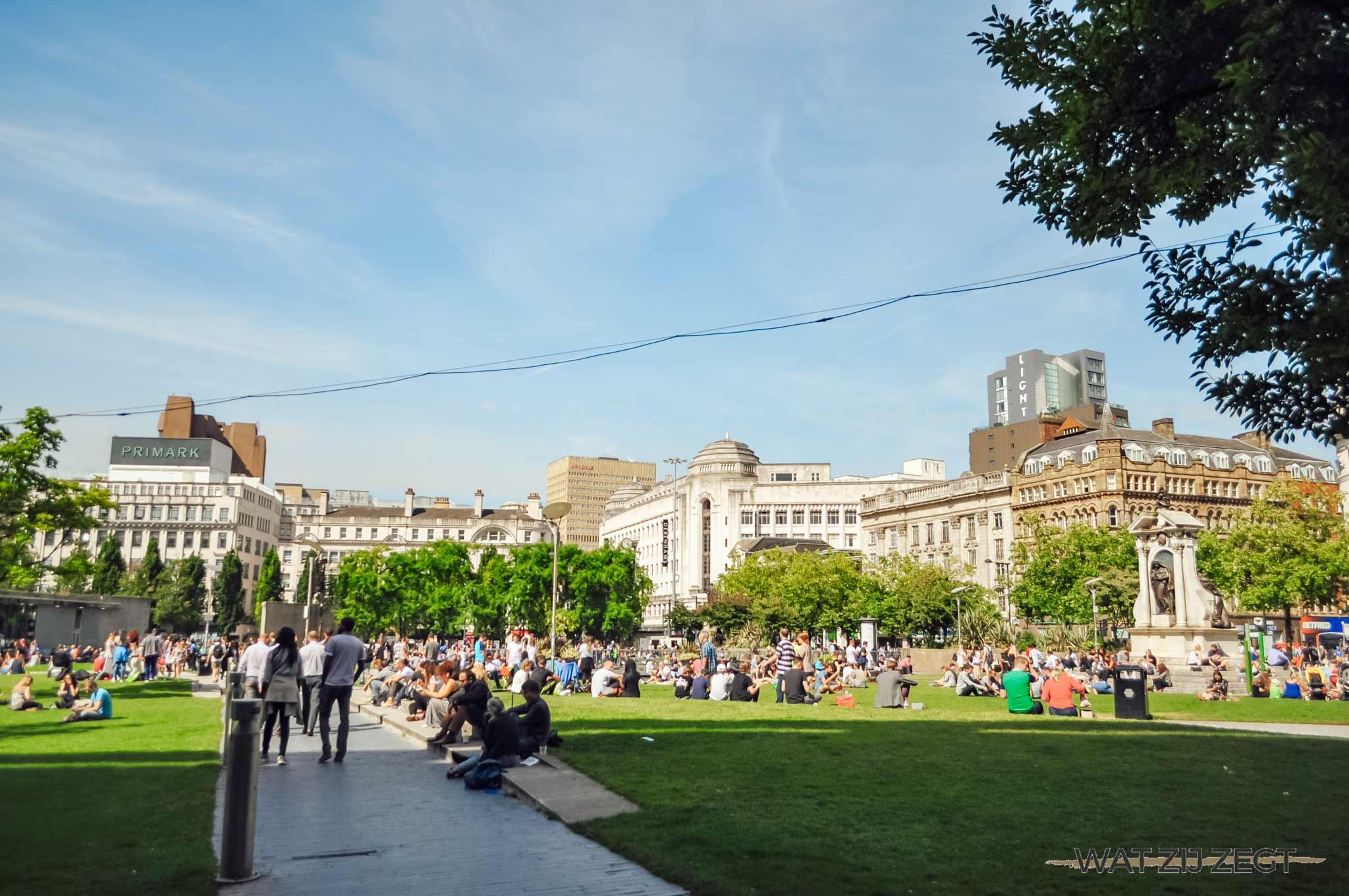 Chillen in de Piccadilly Gardens in Manchester