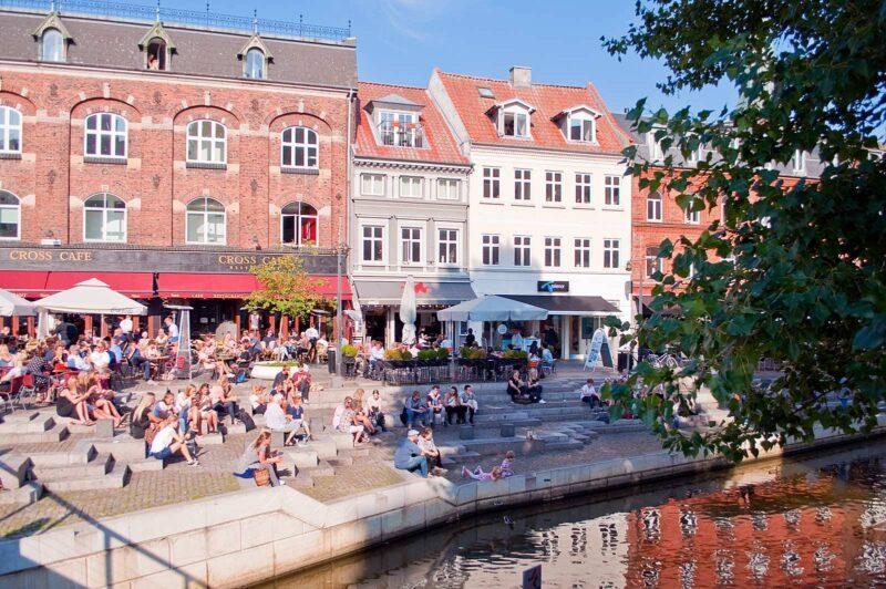 Gezellig aan de waterkant van Åboulevarden in Aarhus