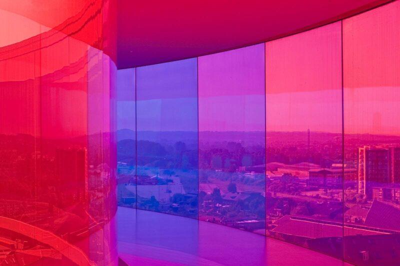 Het beroemde regenboog panorama van Olafur Eliasson op het dak van het ARoS Aarhus Art Museum