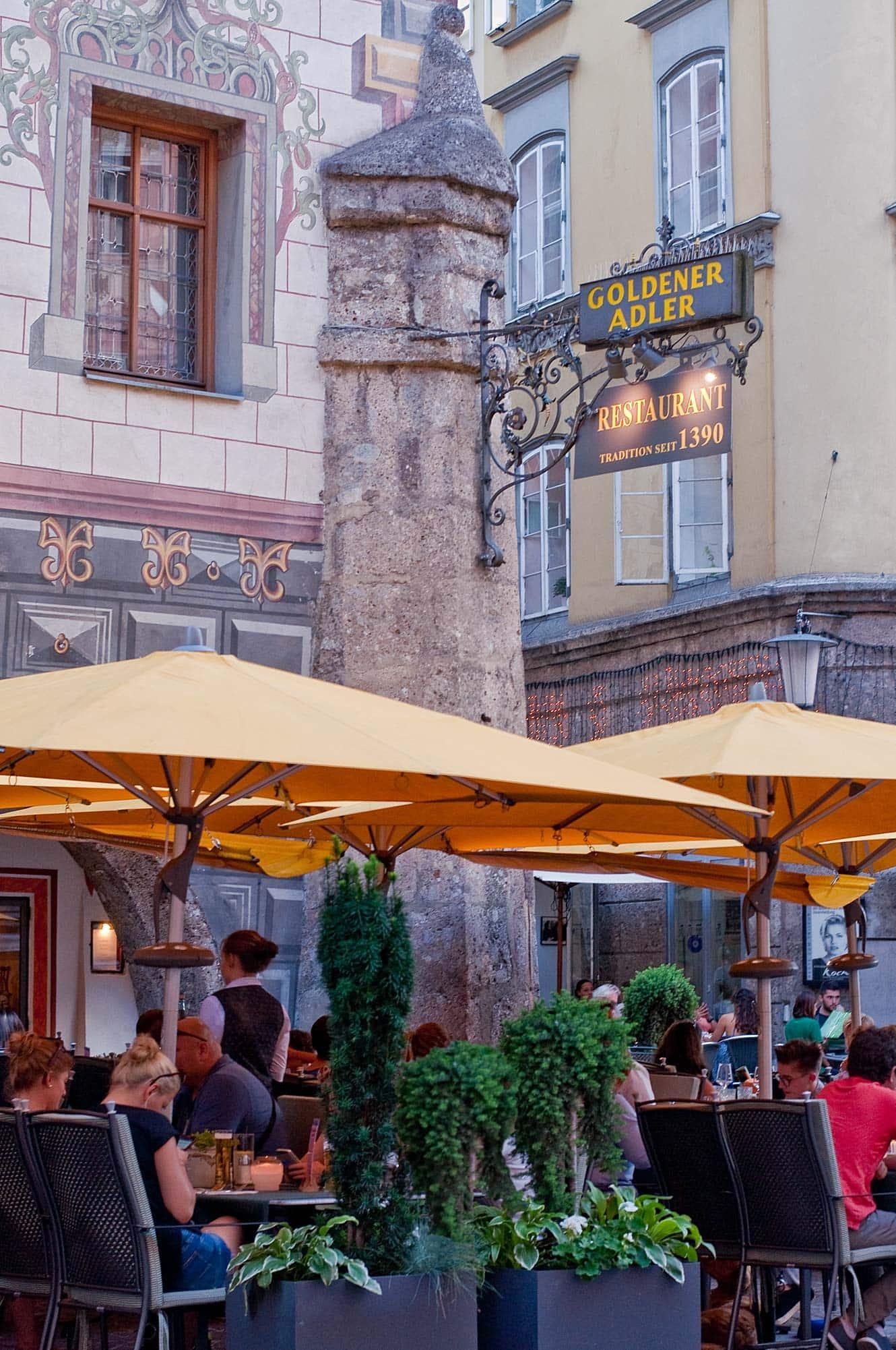 Eten bij het traditionele Goldener Adler restaurant in Innsbruck