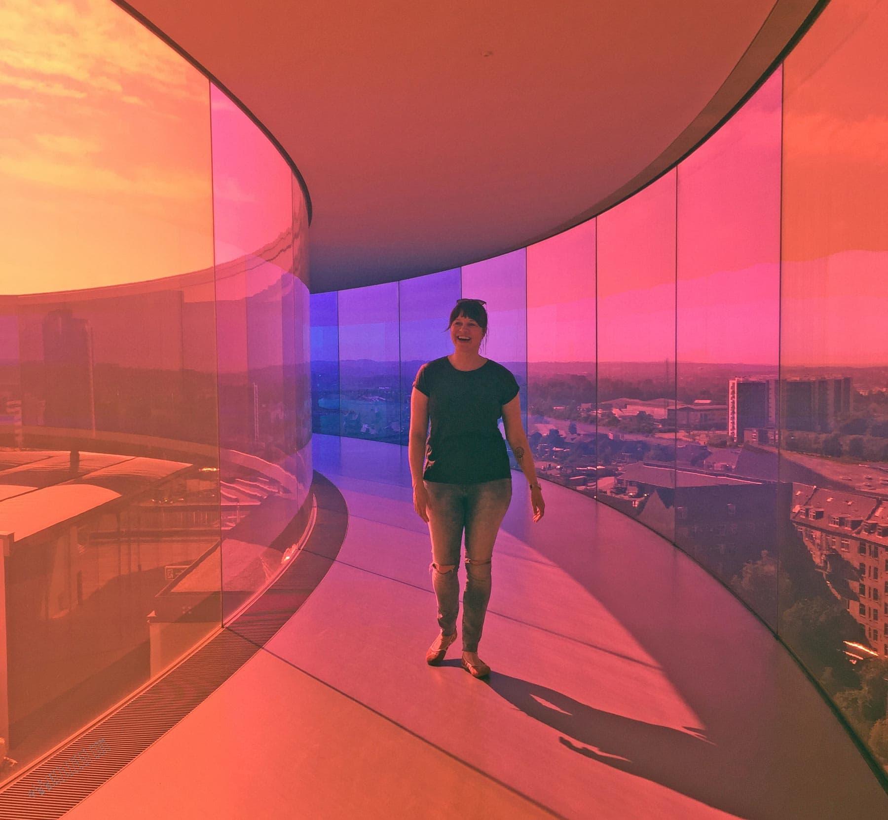 Kleurrijke plaatjes in het beroemde regenboog panorama van Olafur Eliasson op het dak van het ARoS Aarhus Art Museum