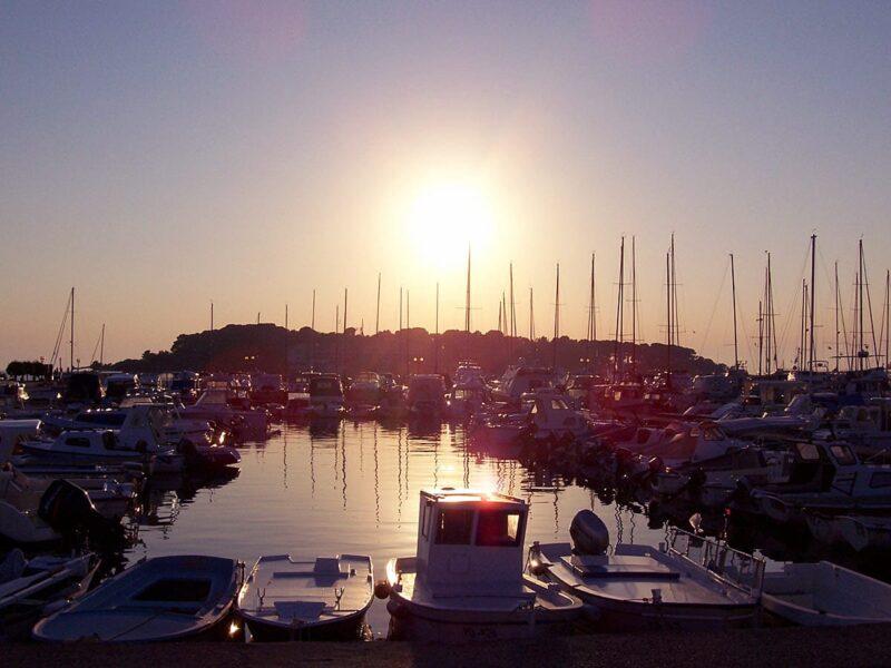 Zonvakantie in Kroatië: zonsondergang in de haven van Poreč