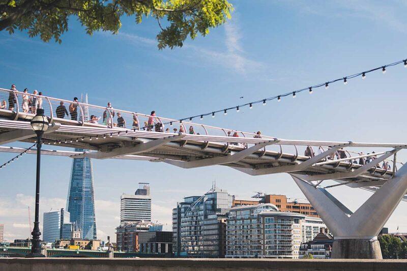 De beroemde voetgangersbrug Millennium Bridge in Londen wordt ook in de Harry Potter films gebruikt
