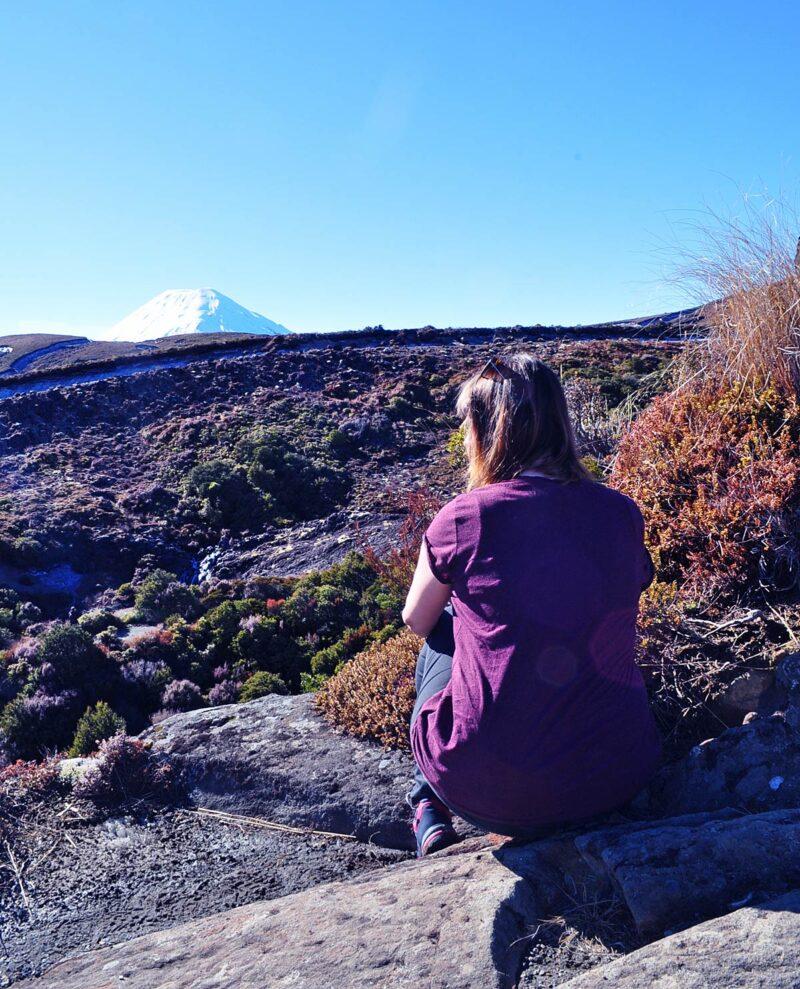 Met korte mouwen genieten van het uitzicht in Tongariro National Park, Nieuw Zeeland