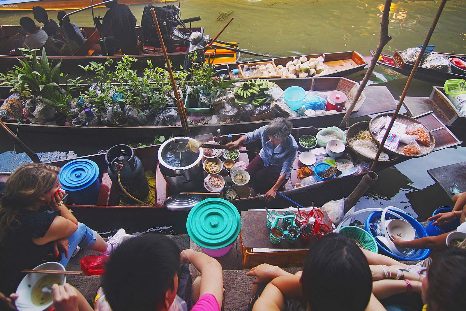 Bij de helft (51%) van de reizigers is de kans groot dat ze op zoek gaan naar lokale street food markten, zoals deze in Thailand