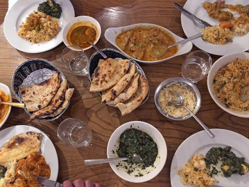 Met een tafel vol eten bij Swadesh in Manchester