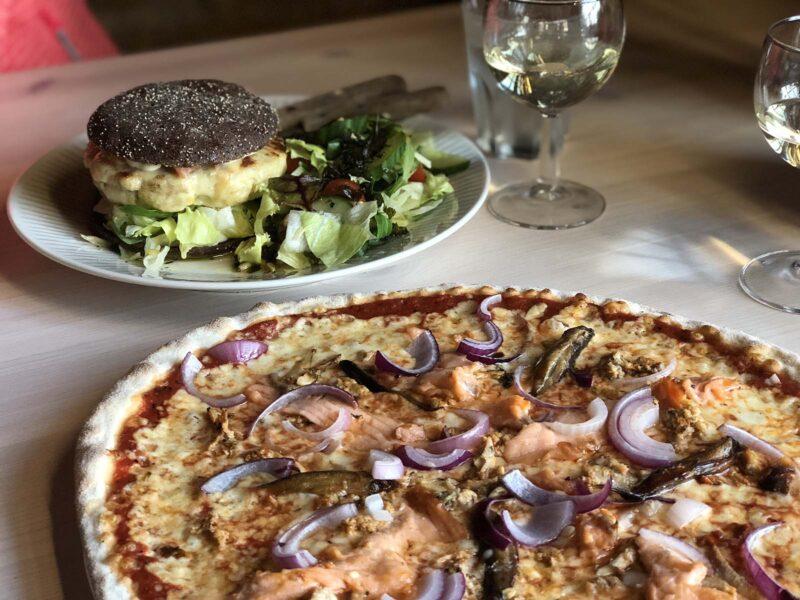 27 aug 2018: Snoekburger en vis-pizza bij LOG restaurant in Salla