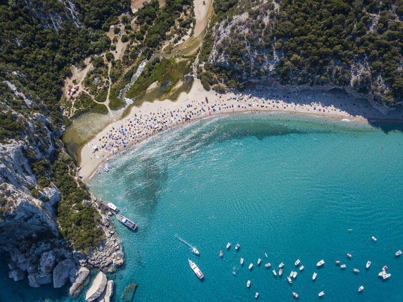 Op Sardinie vind je prachtige stranden en azuurblauwe zee (©guenterguni)