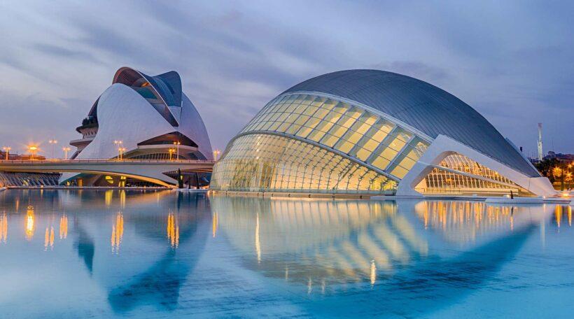 Ciudad de las Artes y las Ciencias, oftewel de Stad van de Kunst en de Wetenschap, is een van Valencia's meest toonaangevende bezienswaardigheden